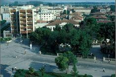 Pamje nga Shkodra, viti 1982. Socialist State, Albania, Multi Story Building, Sidewalk, Mansions, House Styles, Home Decor, Luxury Houses, Interior Design