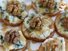 Tostas roquefort, nueces y miel - Crooked Tutorial and Ideas Holiday Appetizers, Appetizer Recipes, Mango Avocado Salsa, Tasty, Yummy Food, Xmas Food, Food Platters, Mini Foods, Snacks
