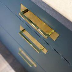 Handtaget Deco är vår egna kombination av handtag i mässing- och koppar med bakplatta i mässing, koppar eller guldpräglad rostfri plåt. Kostar 195kr/st. #beslag #handtag #mässing #koppar #guldpräglad #plåt #deco #pickyliving #inspo #interior #interiorinspiration #details #detaljer #kök #sovrum #badrum #garderober #sideboard #decor #interiör #interior #produktdesign
