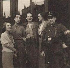 """Margarita Nelken con miembros del """"Comite Mundial de las Mujeres Contra la Guerra y el Fascismo"""" durante la guerra civil española."""