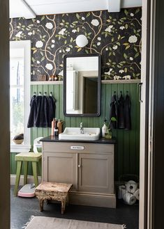 Bada i grönt! Shabby Chic Decor, Rustic Decor, Beadboard Wainscoting, Swedish Interiors, Gothic Home Decor, House Colors, Bada, Furniture, Kitchen Inspiration