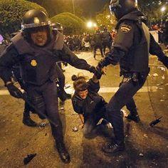 Antidisturbios detienen a una manifestante durante la protesta del 25S.