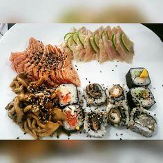 Meu Deusss! Caí na tentação. Quem mais aí é viciado em comida japonesa?! #Sashimi e #shimeji então... Se deixar passo o dia comendo. Aí a gente pega shoyo light pra tentar aliviar... / OMG! I fell into temptation. Who else here is addicted to Japanese food ?! #Sashimi and #shimeji then ... If you let I will spend all the day eating. - #Sushi #Japanese #Food #Fit ##Instagood #Wellness #felicidade #mahamudrabrasil #EsmagaQueCresce #Bodybuilding #Fitness #Nutrition #NoPainNoGain #FicaGrande…