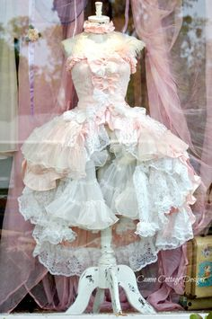 Cameo Cottage Designs: Window Dressing at Annabelles Vintage Land