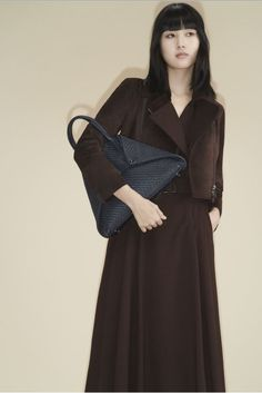8531-00 04464-049 Mahogany suede asymmetric zip moto jacket 8423-02 017567-004 Mahogany cool wool long trench dress with trapezoid belt 1006-RS 4367-078 Ai Medium shoulder bag in Navy braided leather Vogue Paris, French Capsule Wardrobe, Vogue Australia, Models, Fashion Show Collection, Winter Collection, Elegant Outfit, Mannequins, Timeless Fashion