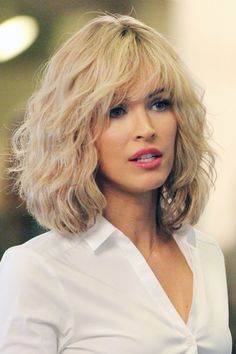 Megan Fox Wears Blond Wig and is almost unrecognizable as she films. - Megan Fox Wears Blond Wig and is almost unrecognizable as she films scenes on the set of Teenage Mutant Ninja Turtles 2 in New York City, New York on April 2015 - Asymmetrical Bob Haircuts, Stacked Bob Hairstyles, Bob Hairstyles With Bangs, Bangs Hairstyle, Summer Hairstyles, Thin Bangs, Curly Hair With Bangs, Wavy Hair, Blunt Bangs