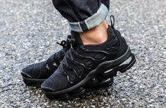 NIKE AIR VAPORMAX PLUS TRIPLE BLACK BLACK DARK GREY 924453 004 Air Max Sneakers, Sneakers Nike, Nike Air Max, Triple Black, Black Dark, Sport, Hiking Boots, Fashion, Total Black