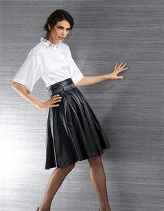 Weiter Lederrock in Glockenform mit erhöhter Taille, Baumwoll-Bluse in Kimonoform mit kurzen Ärmeln