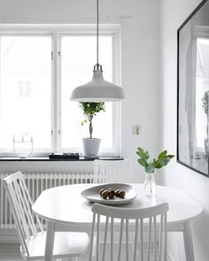 Fresh home in black and white - via Coco Lapine Design Beautiful Interior Design, Home Interior Design, Interior Architecture, Interior Modern, Minimalist Dining Room, Minimalist Interior, Dining Room Inspiration, Home Decor Inspiration, Kitchen Interior