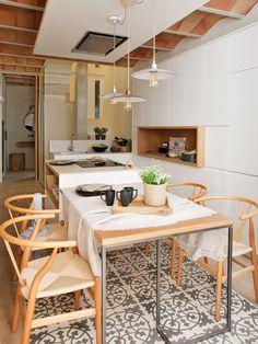 Cette incroyable maison sur 5 niveaux était totalement en ruine - PLANETE DECO a homes world Apartment Interior Design, Kitchen Interior, Design Interior, Kitchen Dining, Kitchen Decor, Dining Room, Objet Deco Design, Home Comforts, Cuisines Design