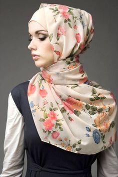Foto : Hanya butuh hijab segiempat, kamu bisa tampil menarik dengan gaya hijab Turki. | Vemale.com, Halaman 1