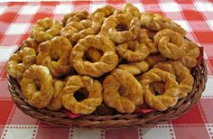 Onion Rings, Garlic Bread, Cereal, Muffin, Food And Drink, Breakfast, Ethnic Recipes, Cake Pop, Basket