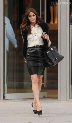 La jupe en cuir ne fait pas peur à la it-girl qui la rend parfaitement chic avec une blouse au col lavallière.