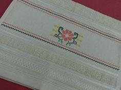 Toalha de lavabo - bordada me ponto cruz - desenho de flor