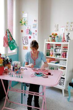 wat een lekker gekleurd atelier - jaloers op de witte kast - klik vd aardigheid door naar het gelinkte blog, onleesbaar japans maar je ziet daar meer bld van deze vrouw @liesbeth meijerën D.I.Y. magazine - craft room