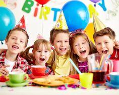 Magico e incantato: coordinato tavola a tema per festa di compleanno per 10 bambini con tovaglia, piatti, bicchieri, tovaglioli, festone e palloncino in foil a soli 19€ anziché 30,30 €. Risparmi il 37%! | Scontamelo