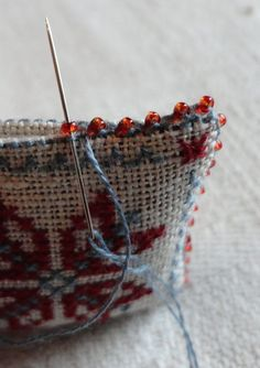 Steekjes & Kruisjes van Marijke: Kerstkadootjes - edging with beads tutuorialhow to make an edge with tiny beads - I wanted to know this! Perfect for turning tiny designs into pins/brooches! And even tree ornaments, sachets, etc.Cross stitch a pincushion. Ribbon Embroidery, Cross Stitch Embroidery, Embroidery Patterns, Cross Stitch Patterns, Sewing Hacks, Sewing Crafts, Cross Stitch Finishing, Crazy Quilting, Le Point