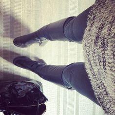 Look d'hiver. Un pull tout doux. Des bottes pour affronter le froid. Et un sac, petite touche élégante.