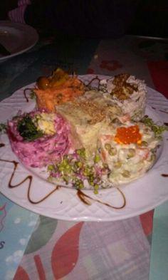 Diferentes tipos de ensaladilla de un restaurante ruso