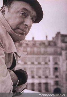 De pronto el viento aúlla y golpea mi ventana cerrada. El cielo es una red cuajada de peces sombríos. Aquí vienen a dar todos los vientos, todos. Se desviste la lluvia. Pasan huyendo los pájaros. El viento. El viento. Yo solo puedo luchar contra la fuerza de los hombres. El temporal arremolina hojas oscuras y suelta todas las barcas que anoche amarraron al cielo.  ---- Chileno, Pablo Neruda. Acertadisimo.