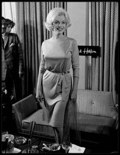 """22 Février 1962 / (Part III) Marilyn lors de son séjour au Mexique, donne une conférence de presse dans un des salons de l""""Hotel Hilton"""" ; des dizaines de photographes l'attendent, le champagne coulant à flot ; ce jour là une photo créera la polémique (dernière photo) en montrant Marilyn nue sous sa robe prouvant ses dires au monde entier lorsqu'elle répliqua lors d'une précédente interview : """"-  Je porte rarement des sous-vêtements car j'aime à me sentir libre de mes mouvements"""". La preuve…"""