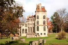 An early example of poured concrete construction, Fonthill Castle in Doylestown, Pennsylvania, was built by American archeologist and designer Henry Chapman Mercer to showcase his decorative tiles and prints.