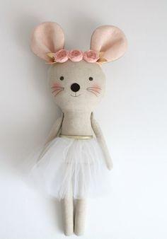 Rosa y oro bailarina de ratón en un tutú blanco. Peluche por blita