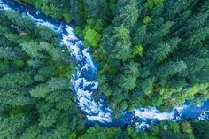米国オレゴン州、コロンビア川渓谷の激しい流れの中に、2艘のカヤックが浮かんでいる。