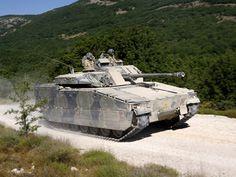 Een CV90 onder het stof, tijdens de 'Sand and dust trial' in Frankrijk.