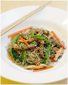 japchae, korean noodles, glass noodles (going to try this with chicken! Vietnamese Recipes, Asian Recipes, Ethnic Recipes, Vietnamese Food, Asian Foods, Korean Food, Crispy Fried Chicken Wings, Korean Fried Chicken, Stir Fry Recipes