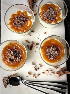 Pannacotta med Salted Caramel & Daim | zofias_kok Mini Cheesecakes, Dessert Recipes, Desserts, Drink Recipes, Deli, Panna Cotta, Vegetarian Recipes, Caramel, Sweet Tooth