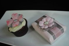 Matching cupcakes and favor boxes!  www.facebook.com/voilafavors