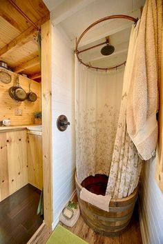 Mobile Home - A DIY project with a cozy interior- Mobiles Haus – Ein DIY Projekt mit gemütlichem Interieur Tiny House to build yourself - Douche Design, Kombi Home, Best Tiny House, Van Home, Tiny House Bathroom, Tiny House Shower, Bathroom Closet, Tiny House Living, Bus Living