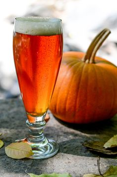 Pumpkin beer is loved so much that in the month of October it rivals the popularity of India pale ale, the top-selling craft beer style in supermarkets in America. Beer Glassware, Different Types Of Beer, Baking Soda Face, Pumpkin Beer, Cooking With Beer, American Beer, Thanksgiving Stuffing, Home Brewing Beer, Craft Beer
