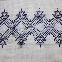Discover thousands of images about Huck Embroidery / Punto Yugoslavo / Swedish Weaving / Bordado Vagonite. Hand Embroidery Designs, Embroidery Stitches, Embroidery Patterns, Bead Loom Patterns, Stitch Patterns, Swedish Weaving Patterns, Swedish Embroidery, Cat Cross Stitches, Monks Cloth
