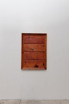 Not Whole  2001  bois, vidéo et son  101,6 x 68,6 x 15,2 cm