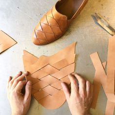 Leather Diy Crafts, Leather Bags Handmade, Leather Projects, Leather Craft, Diy Leather Sandals, Leather Slippers, Leather Shoes, Shoe Crafts, Shoe Pattern