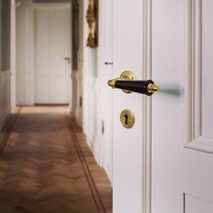 Vackert gammaldags dörrhandtag i mässing från sekelskifte.se - Trippel pärlrand.