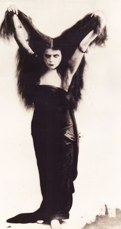 theda bara (Photo taken for the 1915 film, SIN - Thanks Dario Witer for the info. Old Pictures, Old Photos, Vintage Photos, Silent Film Stars, Movie Stars, Film D'action, Popular Actresses, Old Hollywood Glamour, The Vamps