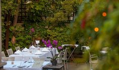 Επιστρέφουμε στην περιοχή που σφύζει από ζωντάνια για να σας προτείνουμε 10 διευθύνσεις, όπου όχι μόνο θα χορτάσετε αλλά θα καθίσετε σε λουλουδιασμένες αυλές για φαγητό στη λιακάδα ή στο φως του φεγγαριού. Outdoor Furniture Sets, Outdoor Decor, Athens, Places To Go, Table Decorations, Don't Forget, City, Home Decor, Travel