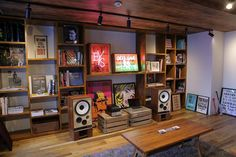 Old meets the new love these speakers. Audiophile, Sound Room, Vinyl Storage, Record Storage, Basement Inspiration, Home Studio Music, Audio Room, Tap Room, Audio System