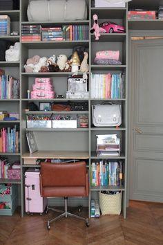 Appartement Parisien Vanessa Pouzet // Hëllø Blogzine blog deco & lifestyle www.hello-hello.fr Parisienne Chic, 21st Century Homes, Parisian Apartment, Style Retro, Hello Hello, Home Decor Items, House Tours, Bookcase, Shelves