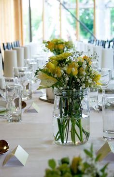 Når man skal ha mange til bords er det ikke alltid lett å skape en helhetlig look. Det kan være så enkelt som at man f.eks ikke har 10 like vaser eller lysholdere. Det kommer selvfølgelig an på hvor formell og høytidelig sammenkomsten skal være - men fører det da til at du heller går for en mer usymetrisk stil og bruker det som et bevist interørgrep? Med Norgesglassene kan du være sikker på at du alltid har nok av det du trenger. Til blomster. Til lys. Til borddekorasjonene. Food Decoration, Table Decorations, Wedding Table, Our Wedding, Garden Parties, Xmas Party, Table Settings, Tables, Weddings