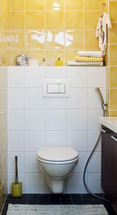 Yläkerran keltainen vessa on talon yllättävä väripilkku.