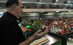 """""""Hay que derribar los miedos"""", reitera el padre Eugenio Hoyos en Honduras http://www.tiempo.hn/hay-que-derribar-los-miedos-reitera-el-padre-eugenio-hoyos-en-honduras/"""