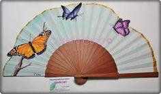 Un encargo muy especial.  Son las primeras mariposas que pinto, y vaya trabajito. Con pinceles muy finos y paciencia. El fondo está pin... Hand Held Fan, Hand Fans, Fan Decoration, Diy Fan, Paper Fans, Diy And Crafts, Projects To Try, Butterfly, Fancy