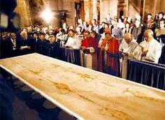 1   El Sudario de Turín —también conocido como la Síndone, la Sábana Santa o el Santo Sudario— es una tela de lino que muestra la imagen de un hombre que presenta marcas y traumas físicos propios de una crucifixión. Se encuentra ubicado en la capilla real de la Catedral de San Juan Bautista, en Turín (Italia).