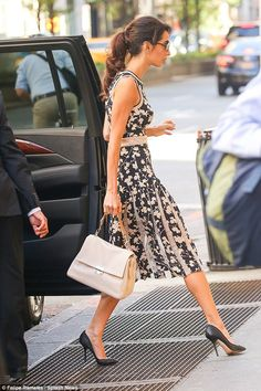 Amal Clooney continues her run of style hits in NYC Amal Clooney continues her run of style hits in NYC Pretty print: The wife of actor George showed off her trim figure in the chic dress, which featured a full pleated skirt and a dizzying print Amal Alamuddin Style, Floral Frocks, Floral Print Dresses, Amal Clooney, George Clooney, Look Office, Moda Casual, Chic Dress, Work Fashion