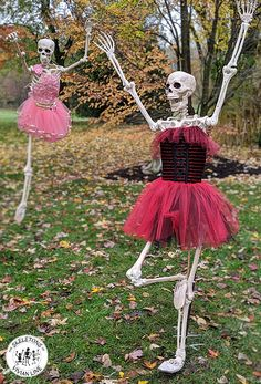 The Skeleton Family in Stratford, ON Canada, decided to stretch their bones at the local Vivian Line Dance Studio. Unable to 'plie', Bones is practicing his 'retiré' position. What will these creative, poseable Skeletons be up to next? Scary Halloween Decorations, Spooky Scary, Halloween Skeletons, Halloween Witches, Skeleton Pics, Funny Skeleton, Funny Profile Pictures, Funny Pictures, Outdoor Halloween