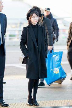 IU 170106 Incheon Airport Iu Fashion, Korean Fashion, Fashion Beauty, Winter Fashion, Fashion Outfits, Womens Fashion, Airport Fashion, K Pop, Beret Outfit
